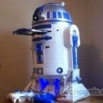 Un R2-D2 con consola Xbox 360 y proyector incorporado